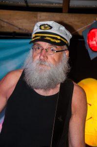 Peter Årnes, numera permanent medlem och basist i Kapten Fri